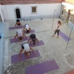 Yoga op binnenplaats kerkje Simi